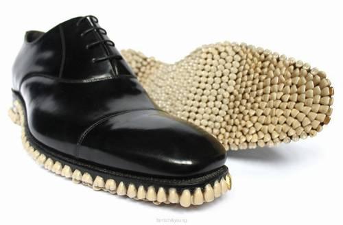 ただ、この靴を見た英国のある専門家には、「見た目は本当に面白いが、たとえ偽物だろうが、足の下に歯が並んでるかと思うと吐きそうになる」(英紙デイリー・メール