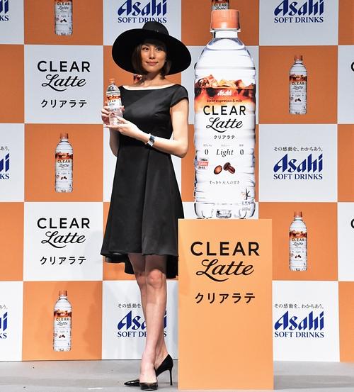 黒ドレスに黒ハットの米倉涼子